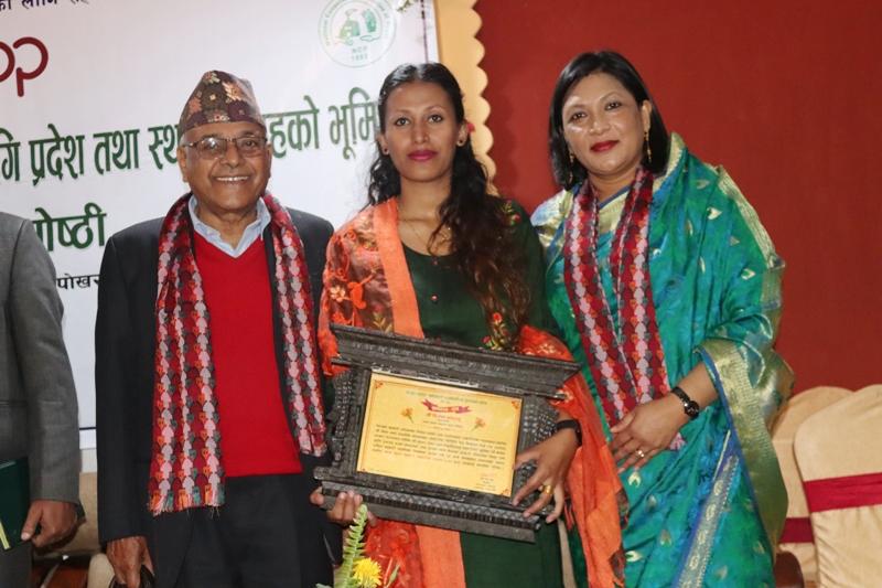 आदर्श सञ्चारकर्मी पन्तलाई केशव बडाल सहकारी पत्रकारिता पुरस्कार प्रदान